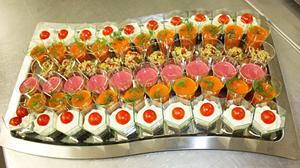 Entrées composées de verrines crème fraiche saumon